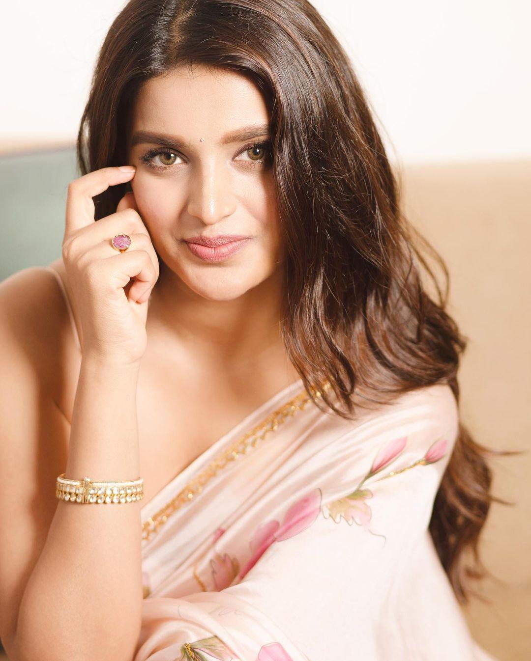 Watch: Nidhhi Agerwals Hot & Seductive Moves In Aaj Jaane